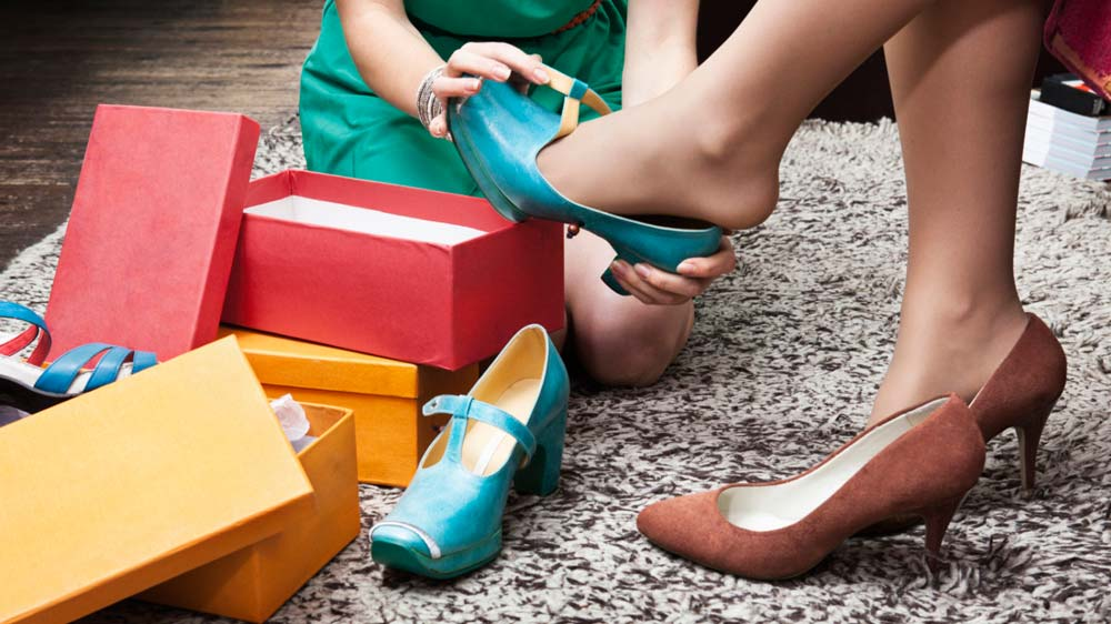 Фото девушки меряют обувь мужа жены